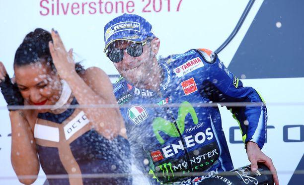 Valentino Rossi mursi jalkansa vakavasti enduropyörän selässä.