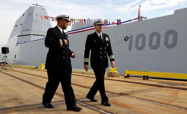 USS Zumwaltin komentajat, luutnantti Rick Moore (vas.) ja kapteeni James Kirk.