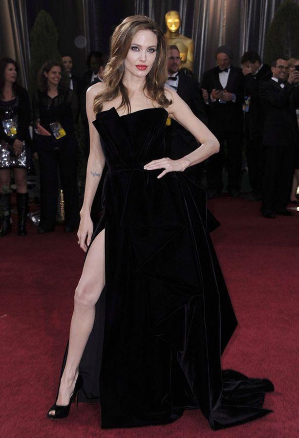 Angelina esitteli auliisti säärtään.