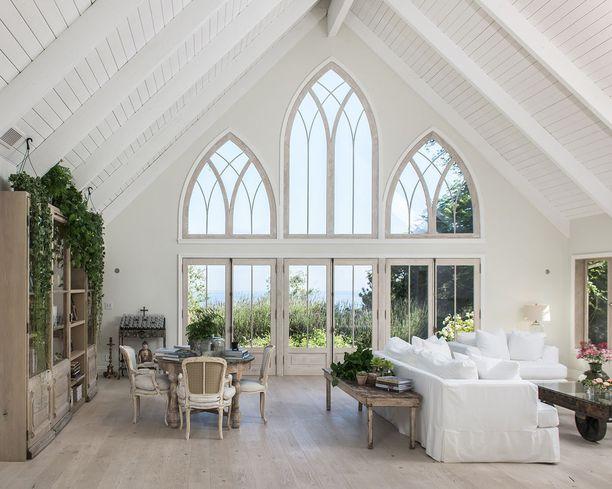 Olohuoneen seinää koristavat mielettömät ikkunat.