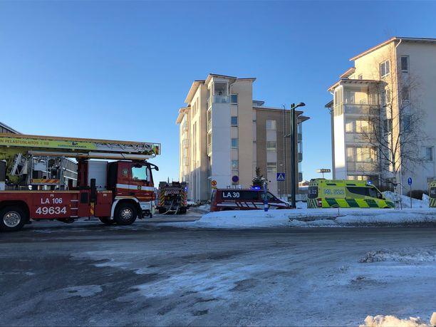 Palo sai alkunsa tuhkakupista parvekkeella. Pelastuslaitos kävi paikalla sammuttamassa palon ja tarkistamassa tilat.