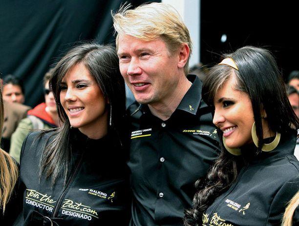 Kauniiden naisten ympäröimä Mika Häkkinen oli yhtä hymyä.