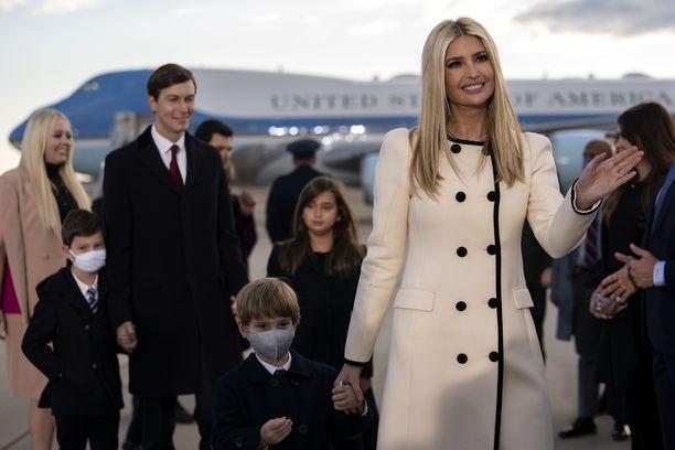 Ivanka Trump hyvästeli isäänsä sotilaslentokentällä tämän viimeisenä päivänä presidenttinä. Taustalla puoliso Jared Kushner ja pariskunnan lapset.