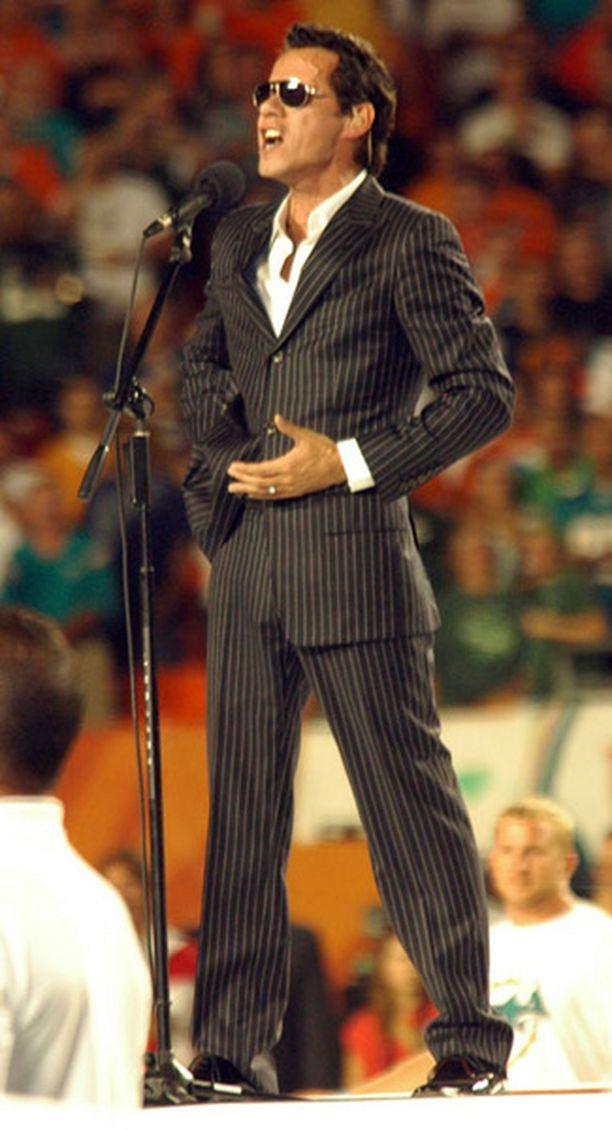 Marc Anthony lauloi kansallislaulun ennen peliä.
