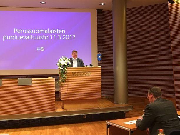 Jussi Niinistö kuunteli eturivissä Timo Soinin puhetta.