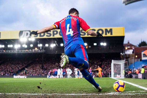 Crystal Palacen Luka Milivojevic antaa kulmapotkua. Palacen saldo kulmista ei ole kaksinen tällä kaudella.