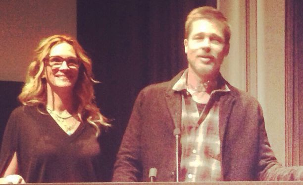 Brad Pitt saapui elokuvan yksityisnäytökseen Julia Robertsin kanssa.