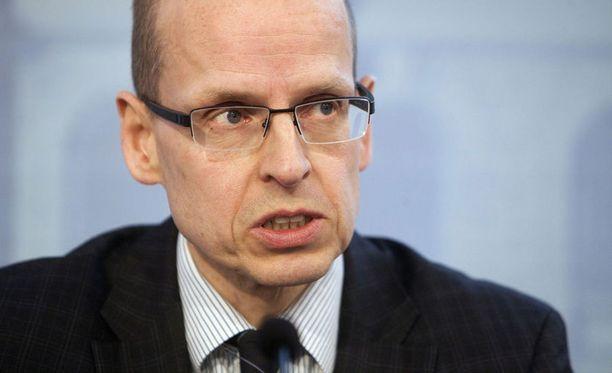 Martti Hetemäen mukaan työttömyysturva voisi laskea vajaat viisi prosenttia, jos aktiivisuusehto ei täyty.