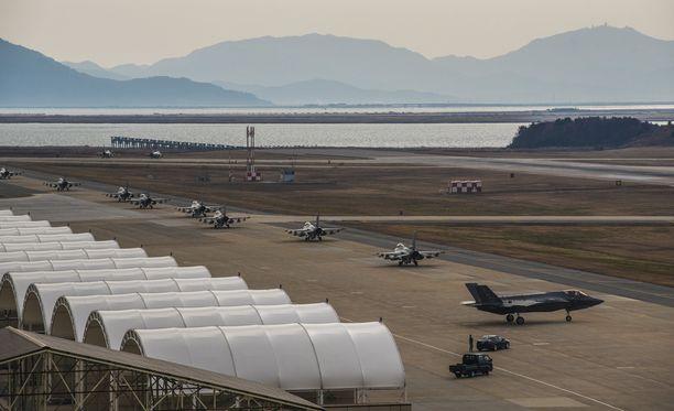 F-16 Fighting Falconeita (vas.) ja F-35A Lightning lähdössä Etelä-Koreaan lentotukikohdasta Utahissa.