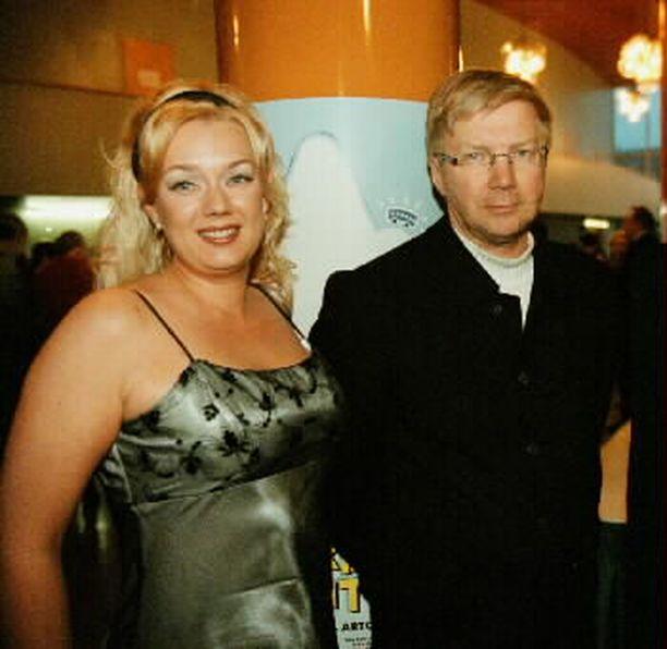 Näyttelijät Sari Siikander ja Pirkka-Pekka Petelius olivat naimisissa 2000-luvun alussa. Näyttelijät saivat yhteisen tyttären vuonna 2002. Liitto päättyi eroon vielä saman vuoden aikana.