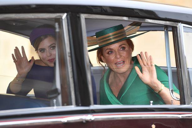 Prinsessa Beatrice ja Sarah Ferguson saapuivat hääpaikalle.