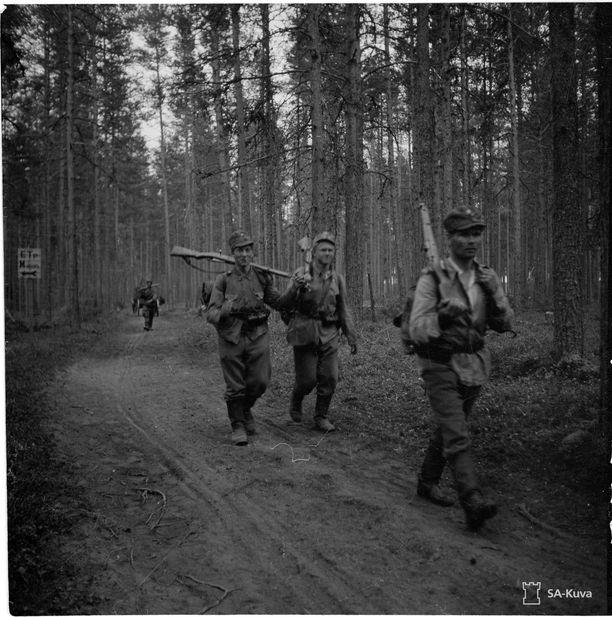 Joukkoja vetäytymässä Aunuksessa 25. kesäkuuta 1944.