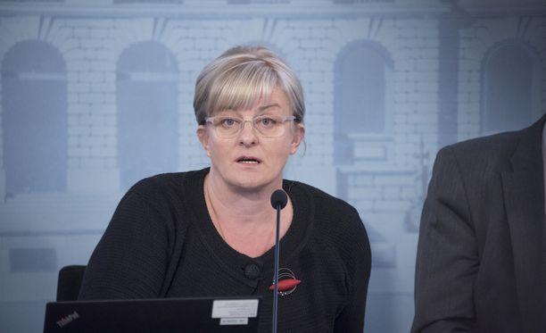 Sosiaali- ja terveysministeri Pirkko Mattila ei suostunut kommentoimaan Iltalehdelle esimerkiksi sitä, miksi aktiivimallin seurantajakson alkamista ei voitu lykätä.
