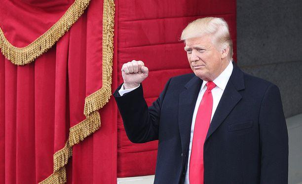 Trump tervehti yleisöä saavuttuaan virkaanastujaislavalle.