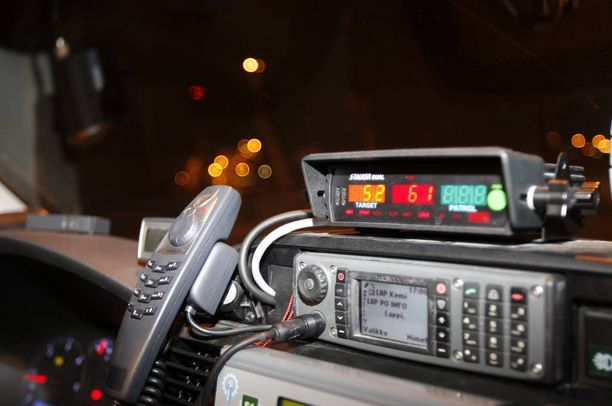 Nähdessään sivulla kiihdyttävän auton kontaapeli kytki nopeusvalvontatutkan osoittamaan samaan suuntaan kulkevien autojen nopeuksia. Kuvituskuva, kuvan tutka ja poliisiauto eivät ole Helsingistä.
