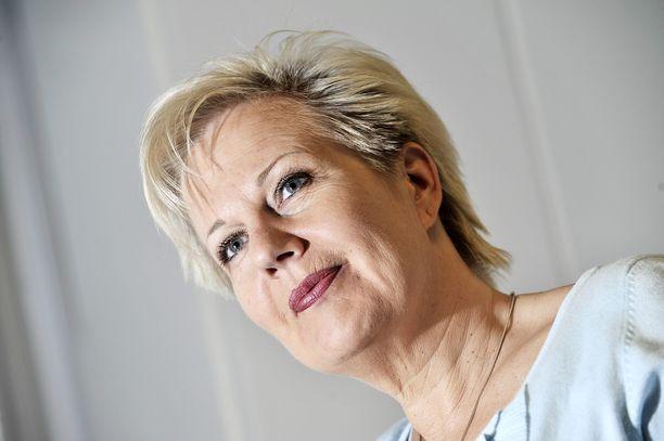 Kokoomuksen entinen kansanedustaja ja ministeri Suvi Lindén, 56, kuuluu niihin onnekkaisiin, jotka saavat sopeutumisrahaa 65-vuotiaaksi. Lindénin sopeutumiseläke on noin 5 800 euroa kuukaudessa.