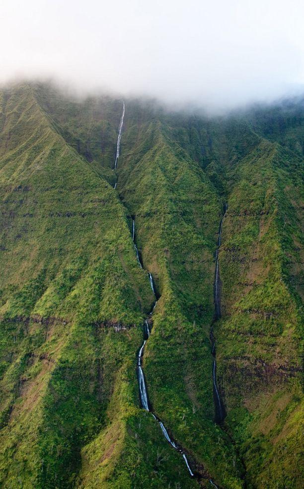 Havaijin sateisimman vuoren rinteillä ryöppyää useita vesiputouksia.