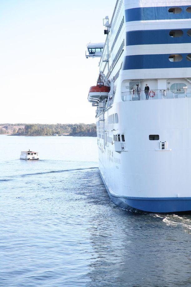 Kuvan napannut Leo arvioi laivan ja lautan väliin jääneen noin parikymmentä metriä.