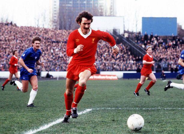 Terry McDermott Liverpoolin paidassa Chelseaa vastaan 1980-luvun alkupuolella.