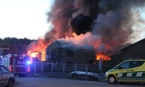 Palo levitti runsaasti savua ympäristöön.