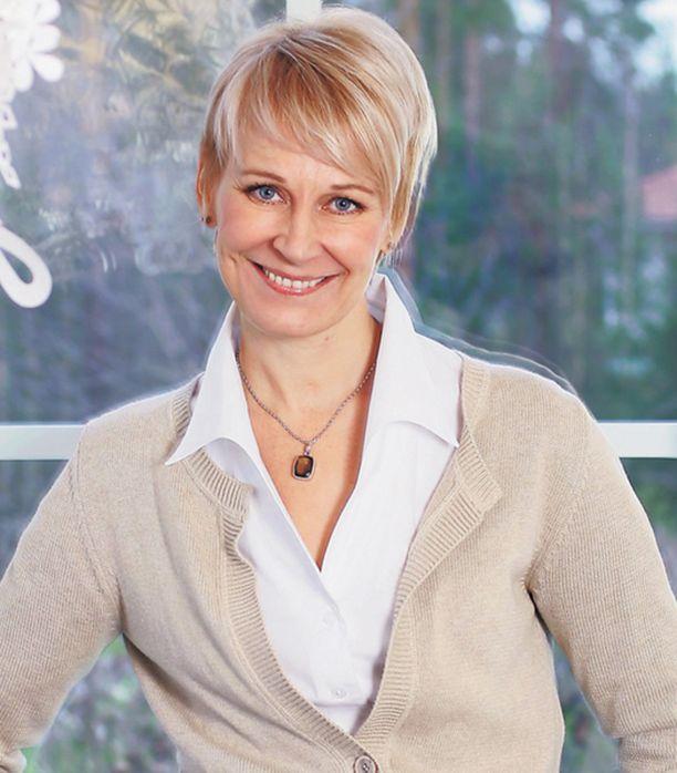 KOTONA. Leena Harkimon kirjaprojektia on tehty myös hänen Sipoon-kodissaan. Leena ja kirjan toimittaja Pauliina Susi ovat pitäneet kirjaprojektin vuoksi noin viisitoista tuntien pituista keskustelusessiota. Sipoon lisäksi kansanedustajan elämää on yhdessä kartoitettu eduskunnassa ja lätkämatsissa.