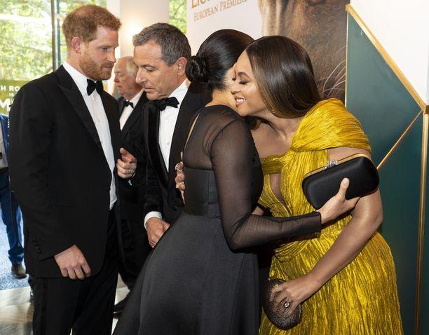 Prinssi Harry keskustelee kuvassa Disneyn toimitusjohtaja Robert Igerin kanssa herttuatar Meghanin halatessa Beyoncea.