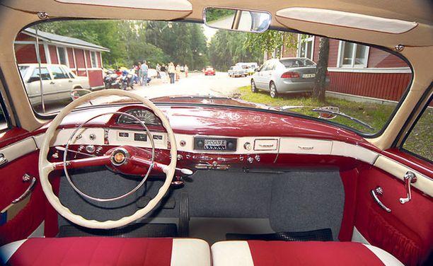 Vuoden 1959 Tatra T603:n suuret lasipinnat etu- ja takaikkunoiden panoraamalaseineen takaavat hyvän näkyvyyden.