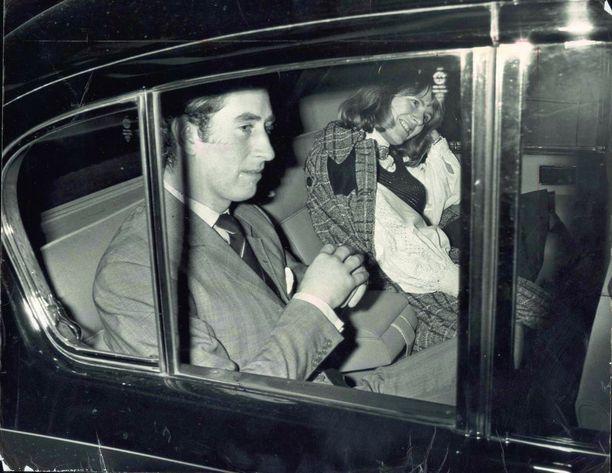 Charles ja Camilla viettivät aikaa yhdessä jo nuorina. Kuva iloisesta kaksikosta on otettu vuonna 1975.