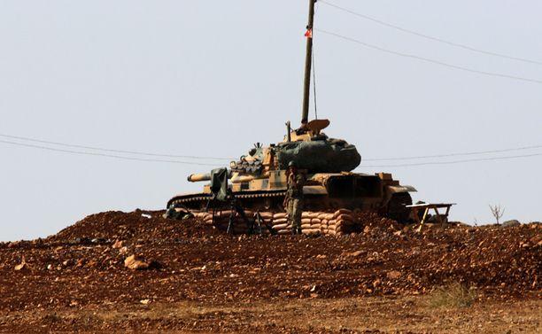 Turkin armeijan panssarivaunu piti vahtia rajakukkulalla.