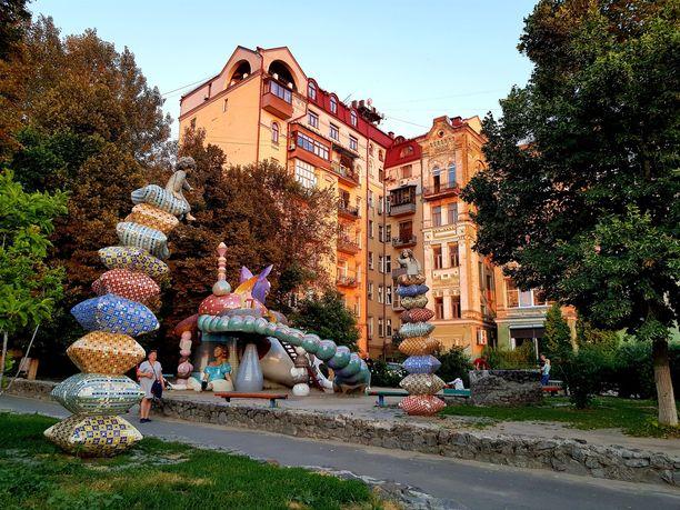 Kiovassa on kauniita puistoja ja rosoisia taloja.