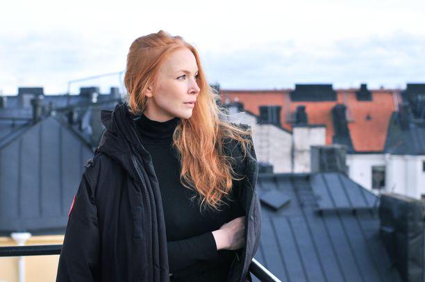 Jenny Rostain työskenteleekirjailijana, käsikirjoittajana ja näyttelijänä, sekä markkinoinnin asiantuntijana.