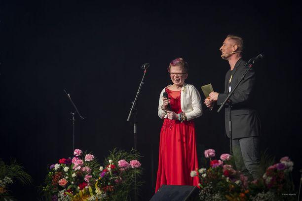 Alexandra Kiviaho tervehti yleisöä omassa muistokonsertissaan.