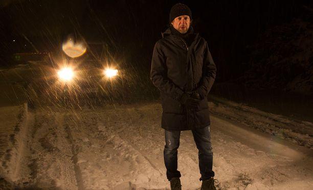 Näyttelijä Antti Reini isännöi sarjaa.