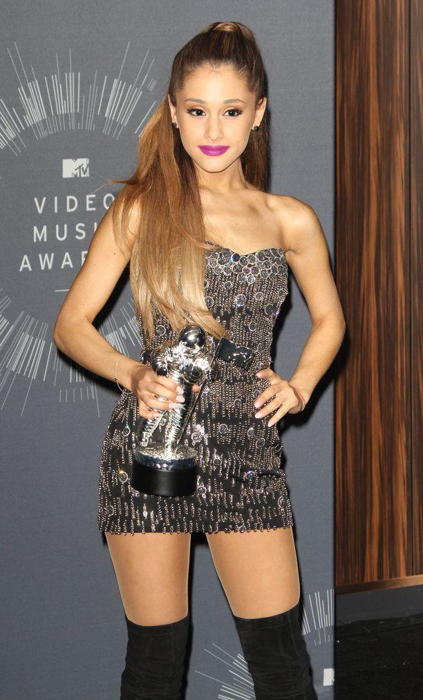 Pientä ja kiiltävää sopii Ariana Granden tyyliin! Tässä näyte vuoden 2014 gaalalookista.