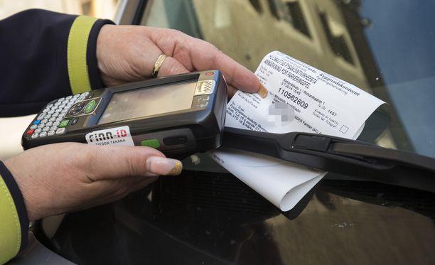 Kuluttajariitalautakunta otti kantaa kahteen parkkimaksutapaukseen.