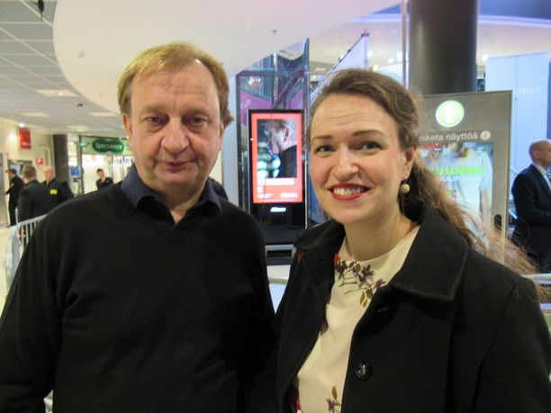 Hjallis Harkimo oli Kokoomuksen puheenjohtaja ja ministeri Petteri Orpon adjutanttina Tampereella ja jutteli intensiivisesti kaupungin pormestari Anna-Kaisa Ikosen kanssa.