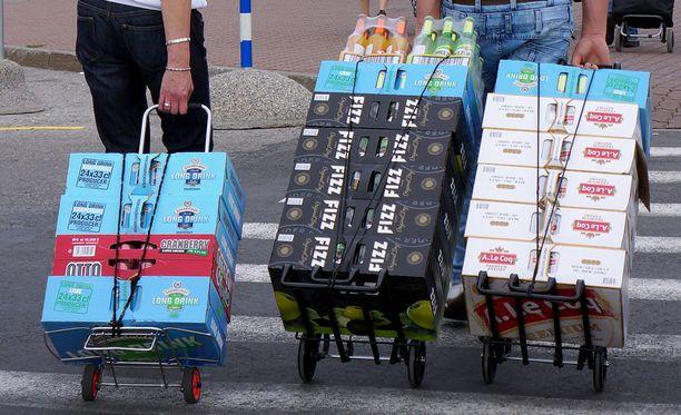 Ulkomailta tuotiin viime vuonna 7,7 prosenttia vähemmän alkoholijuomia Suomeen kuin toissa vuonna. Syynä on muun muassa se, että Virossakin on nostettu alkoholiveroa.