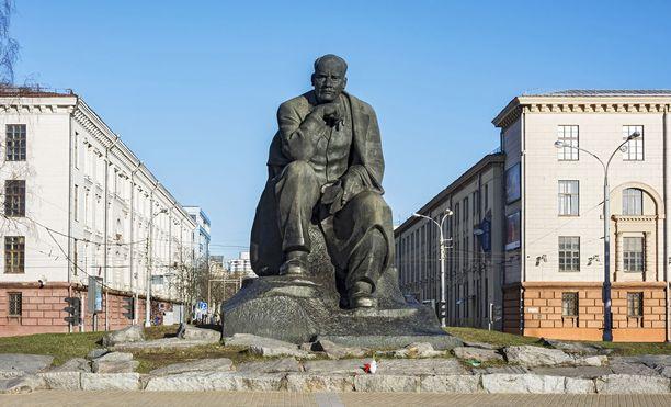 Kirjailija Yakub Kolosille omistettu patsas samannimisellä aukiolla.