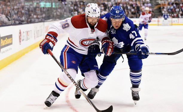 Montrealin Andrei Markov (vas.) oli potkun Leo Komarovia edellä NHL-kauden avausmatsissa.