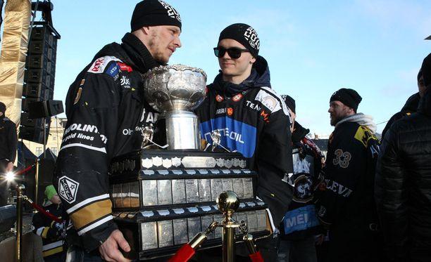 Lasse Kukkonen ja Julius Junttila esittelivät Kanada-maljaa.