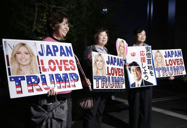 Japanilaiset Ivanka-fanit ottivat idolinsa iloisesti vastaan.