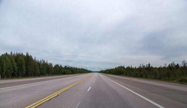 Mies kertoi ajaneensa autolla tuhansia kilometrejä ympäri Suomea. Kuvituskuva.