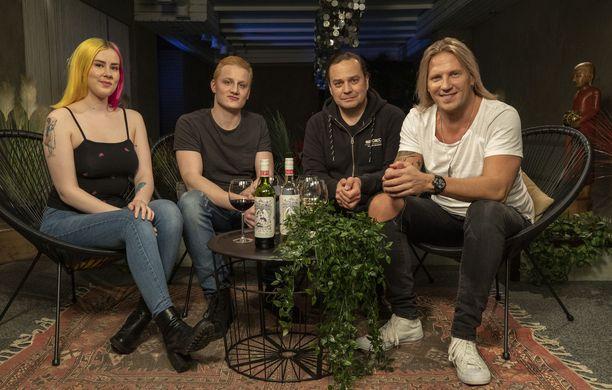 Mari, Väpä, Harri Moisio ja Sami Kuronen käyvät läpi kuluneen tuotantokauden käänteitä.