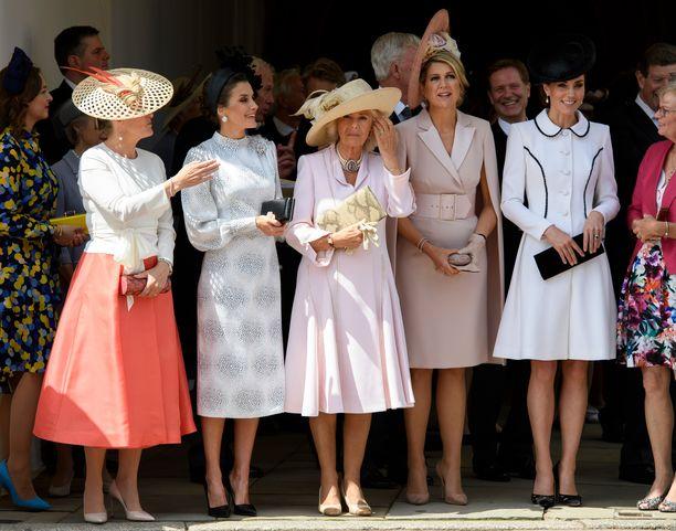 Kreivitär Sophie, kuningatar Letizia, herttuatar Camilla, kuningatar Maxima ja herttuatar Catherine hatuissaan.