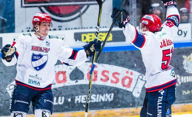 Miro Heiskanen (vas.) ja Juha Jääskä junailivat ottelun avausmaalin.