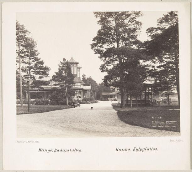 Vuonna 1891 otetussa kuvassa koira makoilee Hangon Seurahuoneen ja Kaivohuoneen välisellä pihalla.