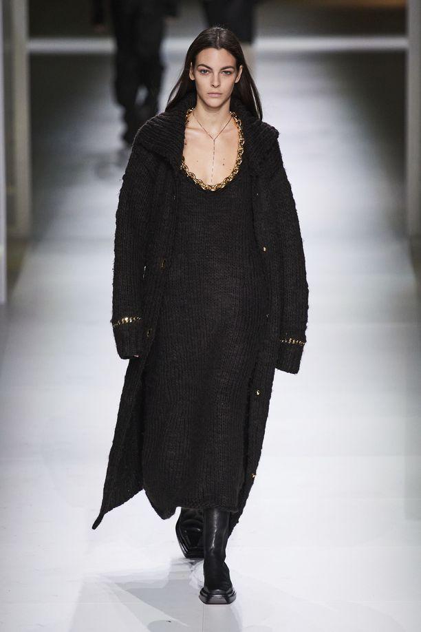 Bottega Veneta yhdistää pitkät neulemekot pitkiin neuletakkeihin syys-talvi 2020-21 -mallistossa.