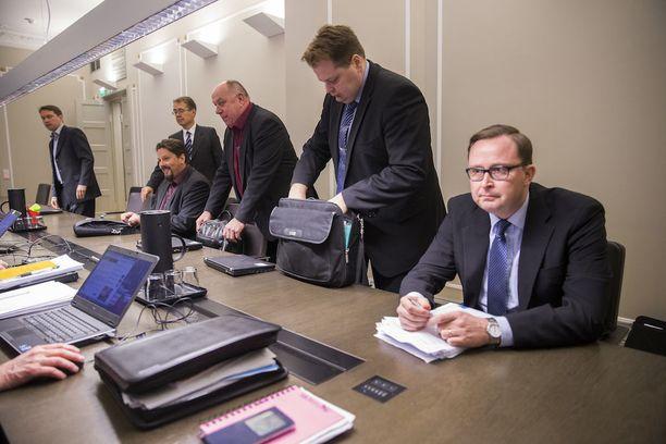 """Paltan varatoimitusjohtaja Tuomas Aarto kertoo, että maratonneuvotteluissa pyritään säilyttämään vireys luovilla ratkaisuilla, jotta neuvotteluissa olisi """"iskukykyinen porukka"""". Kuva postilakon sovittelusta marraskuulta 2015."""