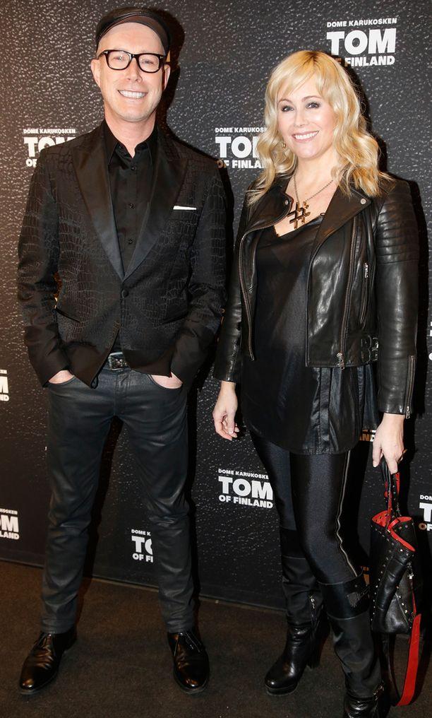 Anne Kukkohovi saapui Tom of Finland -elokuvan kutsuvierastilaisuuteen nahka-asussa.