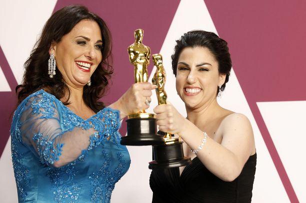 Melissa Berton ja Rayka Zehtabchi, naiset dokumentin takana, iloitsevat Oscar-pystistä.